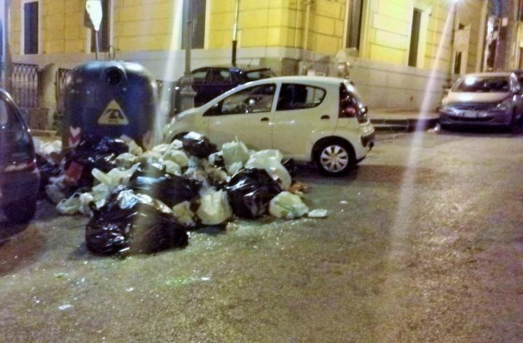 Micro-discarica a largo Plebiscito, task force per i cumuli di rifiuti - aSalerno.it