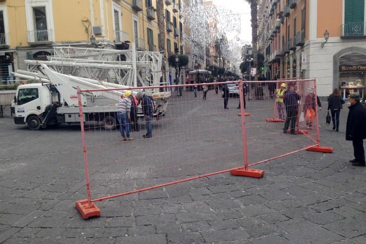 Via al montaggio dell'albero di Natale in Piazza Portanova – FOTO - aSalerno.it