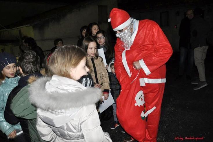 L'onorevole Tino Iannuzzi nelle vesti di Babbo Natale - aSalerno.it