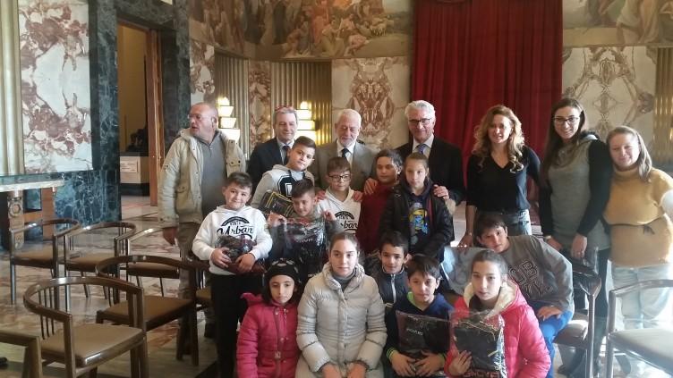 Consegnate 50 tute ai bambini disagiati della città - aSalerno.it