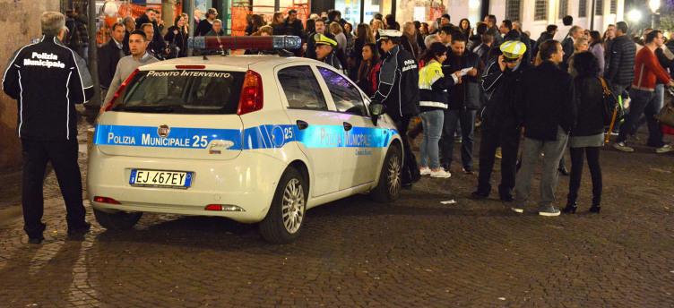 Blitz Polizia Municipale, fermati 6 abusivi nel centro di Salerno - aSalerno.it
