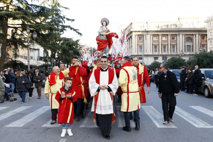 Giravolte e tensione a Santa Lucia,il parroco abbandona la processione - aSalerno.it