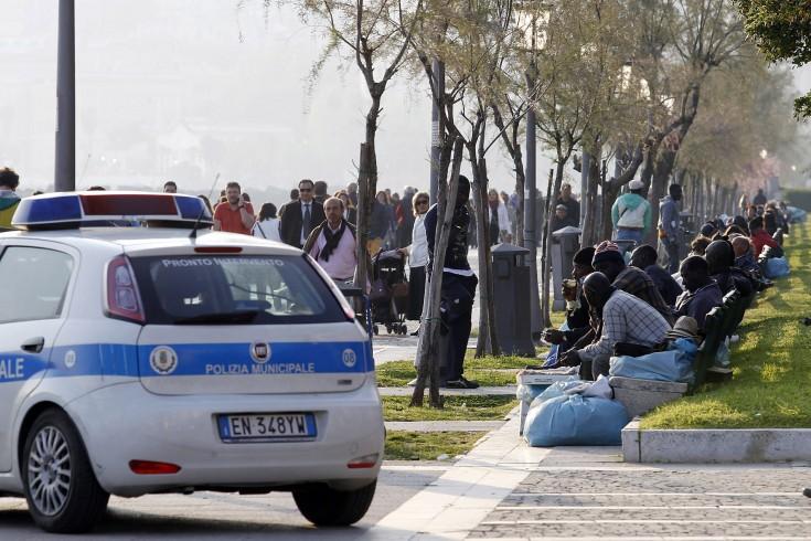Lotta agli abusivi sul lungomare, venditore di calzini e scarpe in fuga tra la folla - aSalerno.it