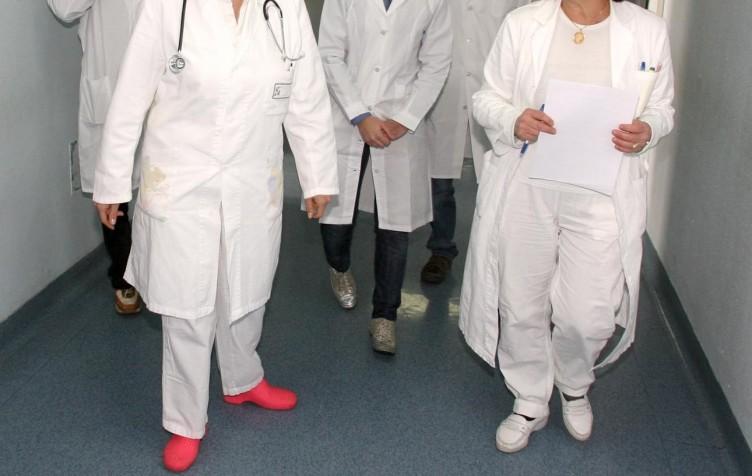 Garza nell'addome di una paziente, tre medici sotto accusa - aSalerno.it