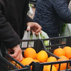 mercato frutta verdura spesa Distribuzione gratuita di ortofrutta e pesce in piazza marconi