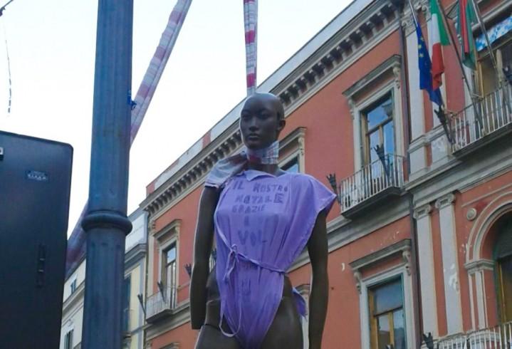 FOTO – Pagani: rinvenuto manichino impiccato dinanzi al comune - aSalerno.it