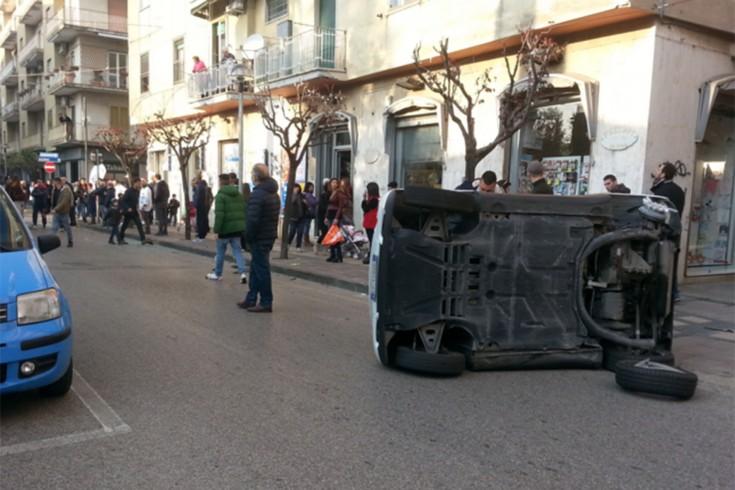 FOTO – Pontecagnano: auto si scontrano e una si capovolge - aSalerno.it