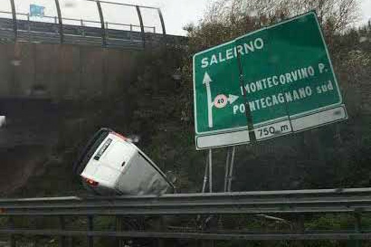 Paura a Pontecagnano. Si ribalta furgone allo svincolo autostradale - aSalerno.it