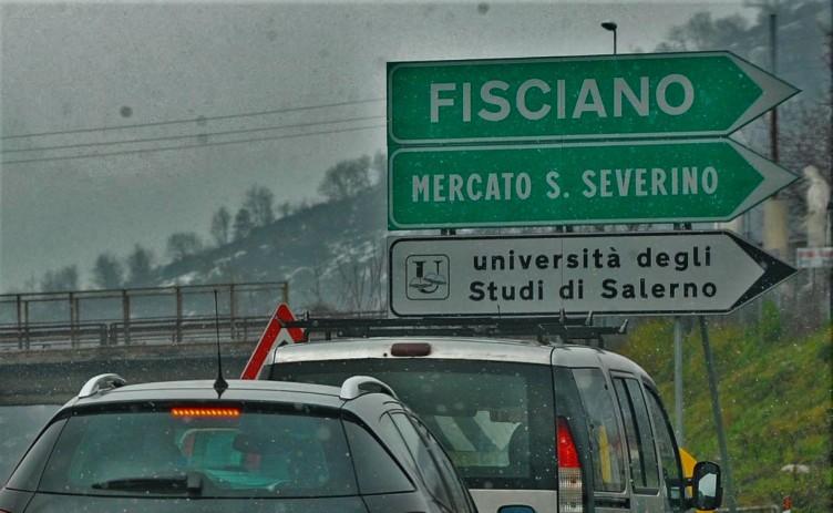 Incidente sull'autostrada all'uscita di Fisciano, auto in fiamme - aSalerno.it