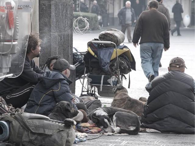 """I vigili urbani sequestrano abiti e coperte ai clochard ma il """"blitz"""" indigna i salernitani - aSalerno.it"""