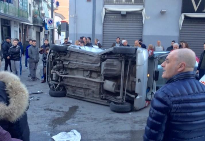 FOTO- Pagani, violento impatto tra due auto in pieno centro - aSalerno.it