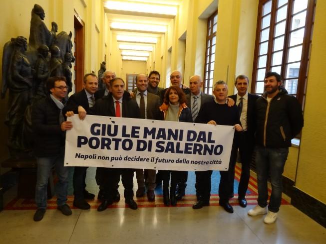 """FOTO – Il consiglio comunale si schiera: """"Giù le mani dal porto"""" - aSalerno.it"""