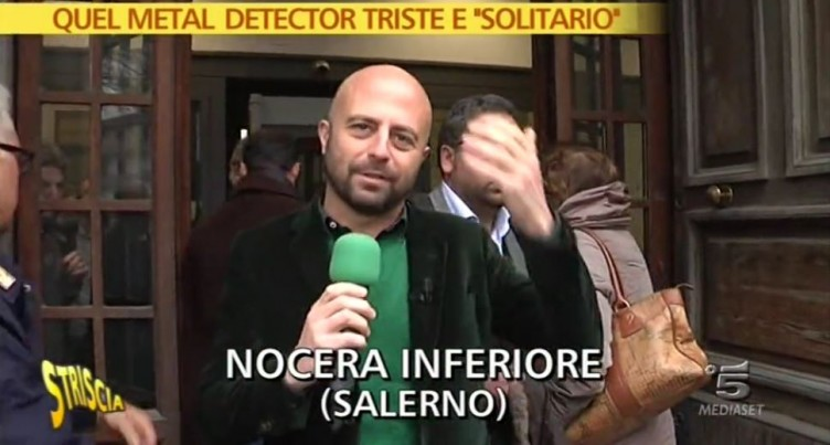 """VIDEO – Striscia al Tribunale di Nocera per il metal detector """"solitario"""" - aSalerno.it"""