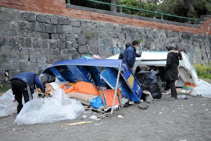 Sgombero di cittadini di etnia rom in città, allontanati dal lungomare - aSalerno.it