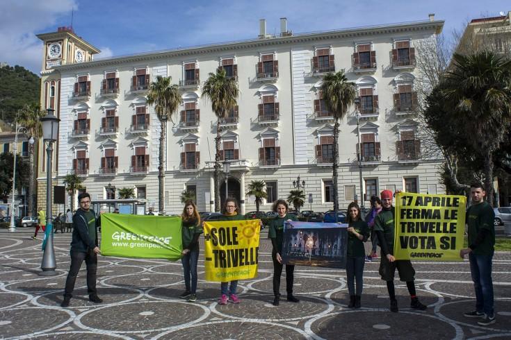 Mobilitazione di Greenpeace a Salerno in vista del referendum - aSalerno.it