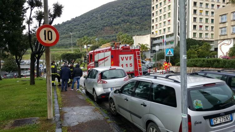 Auto in sosta blocca Vigili del Fuoco e 4 ambulanze al pronto soccorso - aSalerno.it