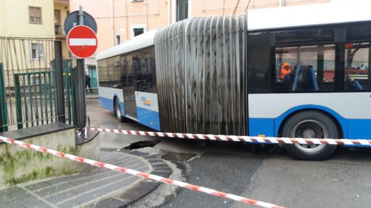 Voragine e bus numero 17, i salernitani già giocano i numeri a Lotto - aSalerno.it