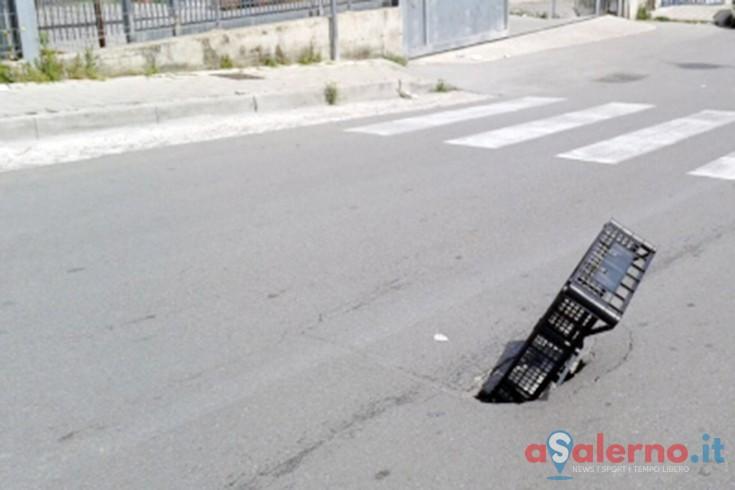 """Pagani, cassetta della frutta per """"tappare"""" un buco nella strada - aSalerno.it"""