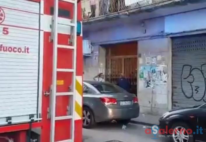 FOTO – Bimbo si chiude in casa a Torrione, genitori fuori chiamano i vigili del fuoco - aSalerno.it