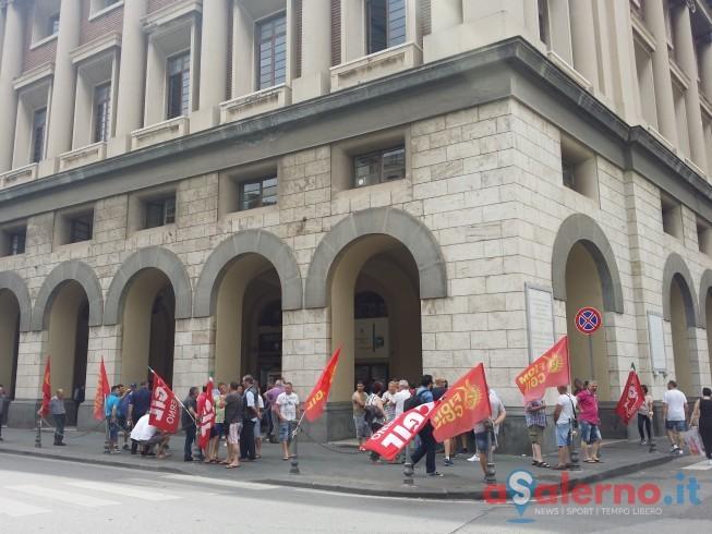 I lavoratori delle Fonderie Pisano in presidio sotto Palazzo di Città - aSalerno.it