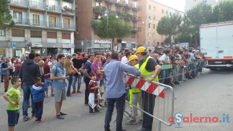 Muro granata in piazza Casalbore:centinaia di tifosi spingono la squadra - aSalerno.it