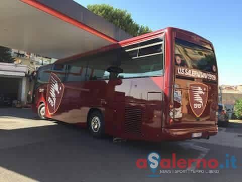 La Salernitana si rifà il look da viaggio: ecco il bus tutto granata - aSalerno.it