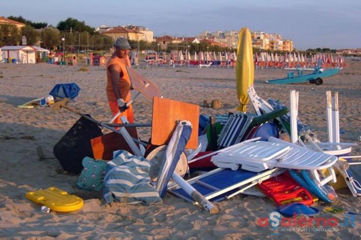 Castellabate, sequestrati gli ombrelloni lasciati in spiaggia tutta la notte - aSalerno.it
