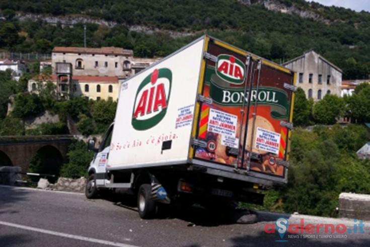 FOTO – Incidente sulla strada per Vietri sul Mare, muretto blocca camion sul precipizio - aSalerno.it