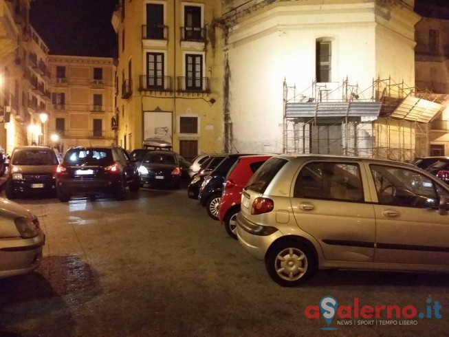FOTO – Record in Largo Plebiscito: 8 auto in colonna al centro della strada - aSalerno.it