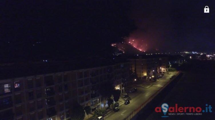 In fiamme anche la collina del castello Arechi, si segue la pista dolosa - aSalerno.it