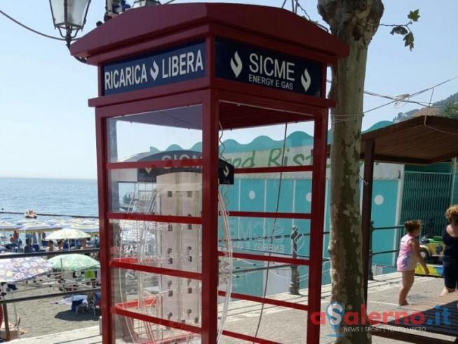 """FOTO – Sorpresa a Minori, la cabina """"britannica"""" per ricaricare gli smartphone - aSalerno.it"""
