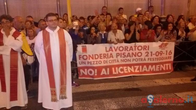 FOTO – Striscione dei lavoratori delle Fonderie Pisano lungo la processione - aSalerno.it