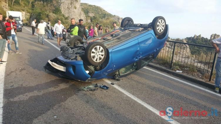LE FOTO-Turiste spagnole si ribaltano con l'auto in Costiera - aSalerno.it