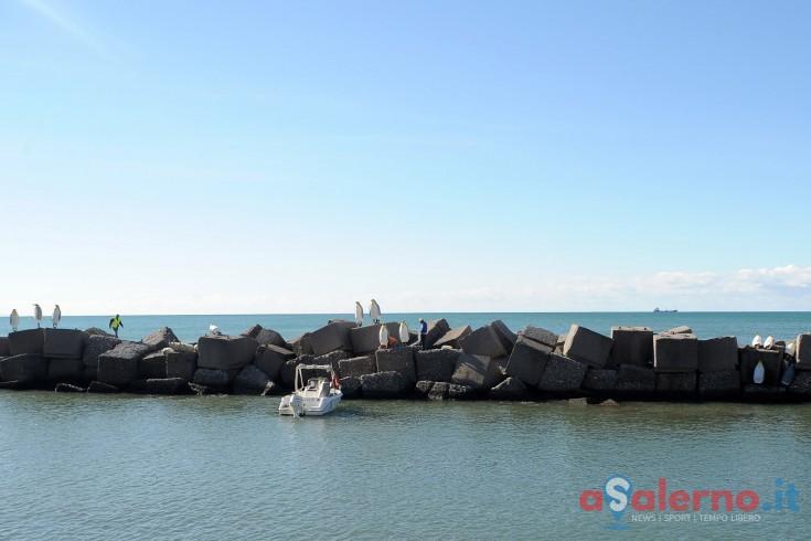 Salerno, barca rischia di schiantarsi contro gli scogli: salvati da giovane africano - aSalerno.it