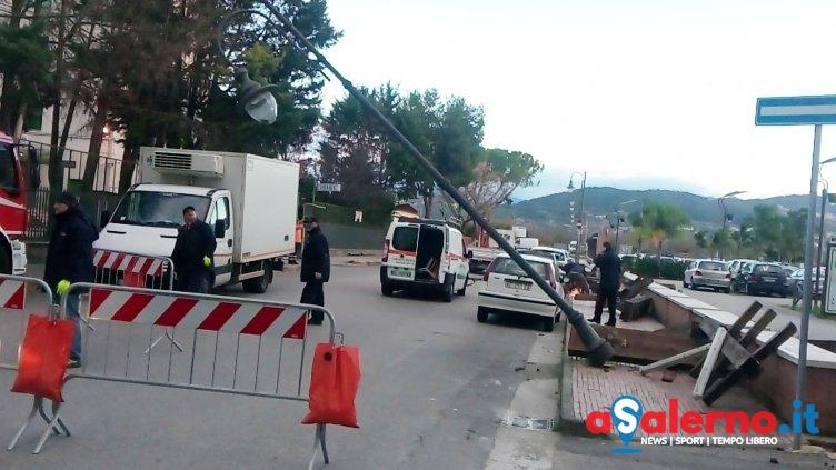 Maltempo a Pontecagnano, paura nella notte: lampione cade sulle auto - aSalerno.it
