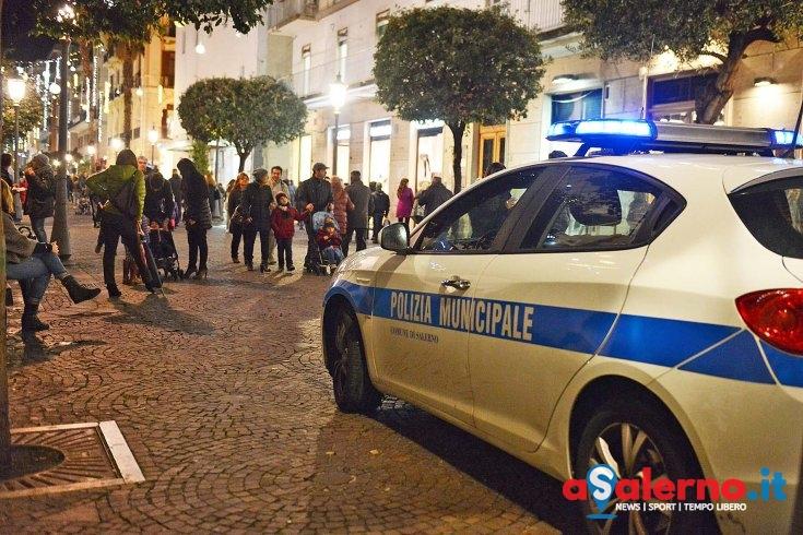 Salerno, trova sul corso una borsa con 2mila euro dentro: la consegna ai vigili urbani - aSalerno.it