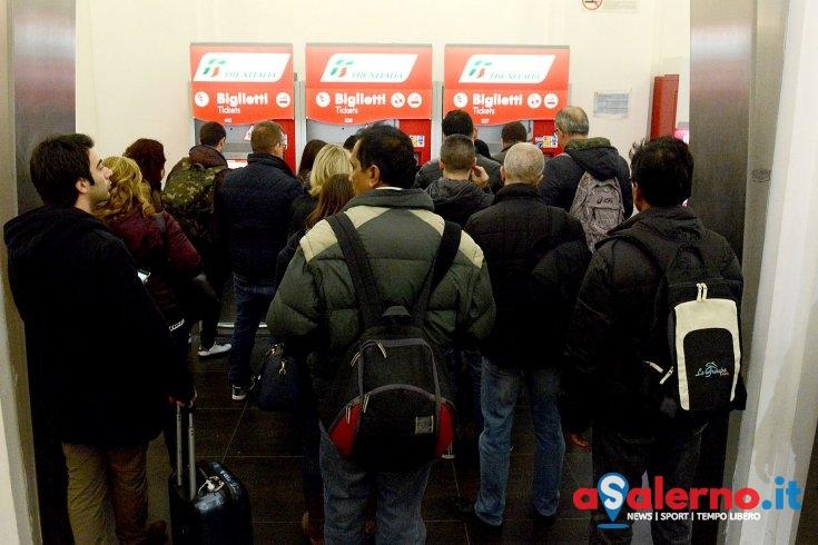 Tagliati treni durante i weekend di Luci d'Artista, la rabbia dei pendolari - aSalerno.it