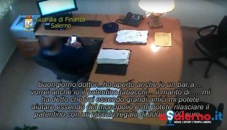 """S' facev rà i soldi e """"vennev"""" i licenz p' venn i sigarett, sgamato funzionario i Saliern - aSalerno.it"""