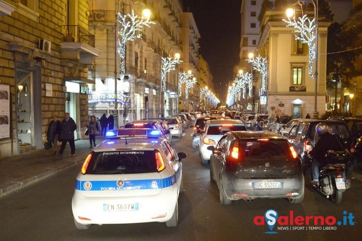 La folla delle Luci d'Artista invade la strada: in via Roma motorino investe una famiglia - aSalerno.it