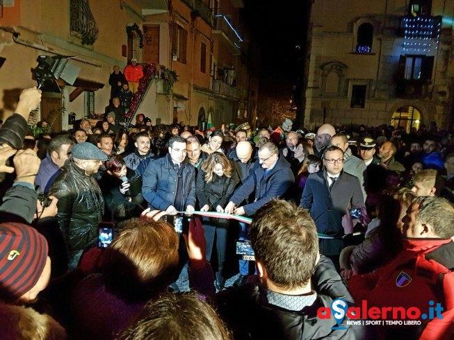 Violante Placido accende l'Albero di Natale di Eboli - aSalerno.it