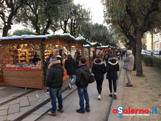 """""""Mancati pagamenti e inadempienze"""", il Comune chiude i Mercatini di Natale – FOTO - aSalerno.it"""