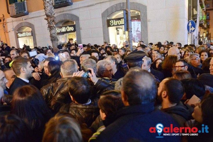 """Si accende l'Albero di Natale, anche """"Le Iene"""" presenti in Piazza Portanova - aSalerno.it"""