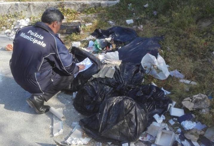Abbandono di rifiuti: 3 verbali da 500 euro - aSalerno.it