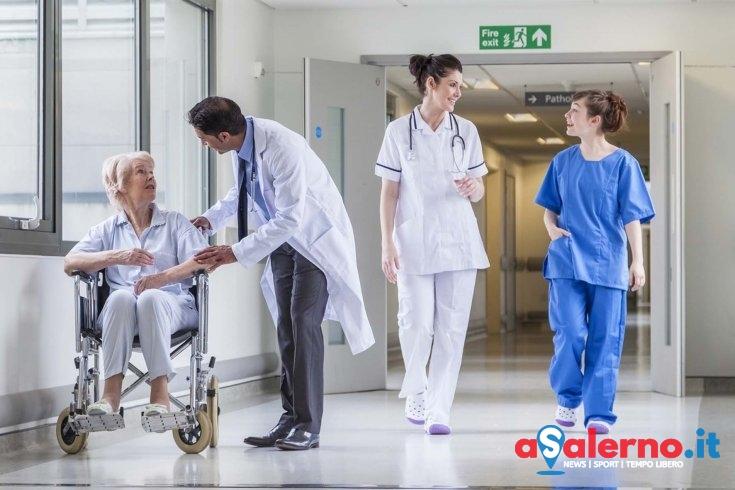 Si finge medico al Ruggi chiedendo soldi ai familiari dei degenti, denunciata una donna - aSalerno.it