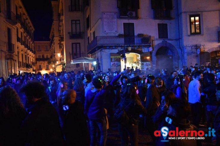 """Largo Campo si trasforma in una discoteca """"silenziosa"""" - aSalerno.it"""
