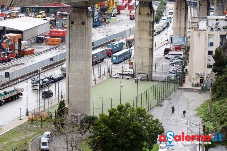 Il parcheggio dei bus in via Ligea trasformato in bivacco, disagi per le partenze - aSalerno.it