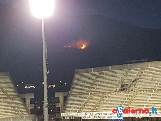 Incendio sulle colline nei pressi dello Stadio Arechi- LE FOTO - aSalerno.it