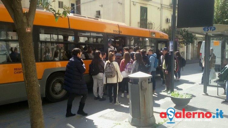 Ressa sul bus dopo la scuola, la rabbia degli studenti - aSalerno.it