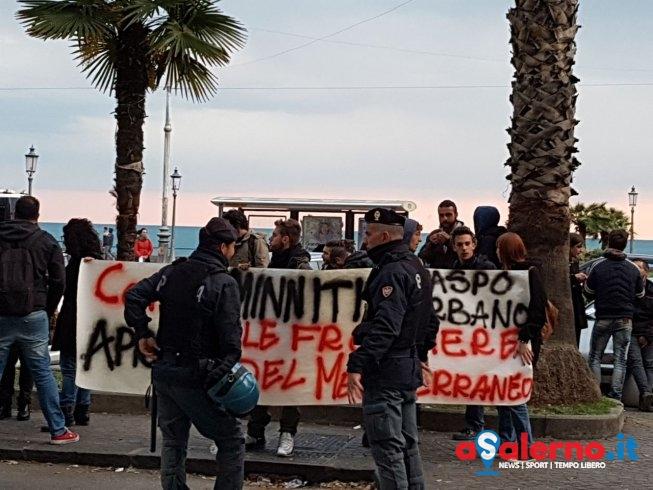 Protesta alla Provincia: cori e striscioni contro il ministro Minniti- LE FOTO - aSalerno.it