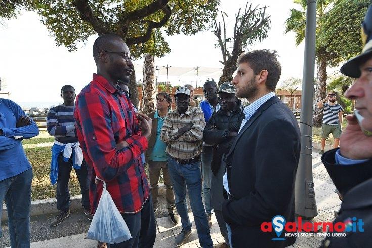 """Senegalesi in protesta: """"Una città che vieta ai poveri di lavorare non è turistica"""" - aSalerno.it"""